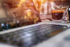 espace de travail avec l'ordinateur portable moderne Photographie stock libre de droits