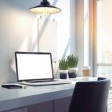 Espace de travail avec l'ordinateur portable moderne argenté rendu 3d Photos stock