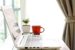 Espace de travail avec l'ordinateur portable moderne au lever de soleil Image libre de droits