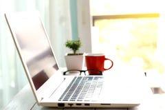 Espace de travail avec l'ordinateur portable moderne au lever de soleil Photo libre de droits