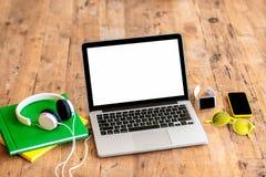 Espace de travail avec l'ordinateur portable sur la table en bois Photo stock