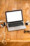 Espace de travail avec l'ordinateur portable sur la table en bois Photo libre de droits