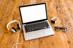 Espace de travail avec l'ordinateur portable sur la table en bois Photographie stock