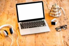 Espace de travail avec l'ordinateur portable sur la table en bois Image libre de droits