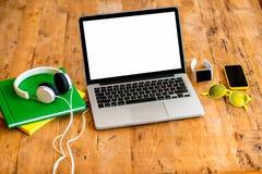 Espace de travail avec l'ordinateur portable sur la table en bois Images libres de droits