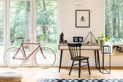 Espace de travail avec la bicyclette rouge Photographie stock libre de droits