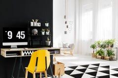 Espace de travail avec la chaise jaune Photos libres de droits