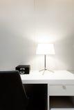 Espace de travail avec la lampe de bureau sur la maison Images stock