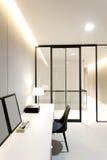 Espace de travail avec la lampe de bureau sur la maison Photo libre de droits