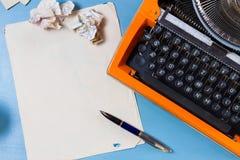 Espace de travail avec la machine à écrire d'orange de vintage Photographie stock