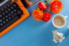 Espace de travail avec la machine à écrire d'orange de vintage Image libre de droits