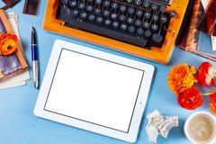 Espace de travail avec la machine à écrire d'orange de vintage Images libres de droits