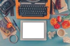 Espace de travail avec la machine à écrire d'orange de vintage Images stock