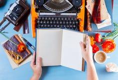 Espace de travail avec la machine à écrire d'orange de vintage Photos stock