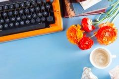 Espace de travail avec la machine à écrire d'orange de vintage Photo stock