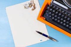 Espace de travail avec la machine à écrire d'orange de vintage Image stock