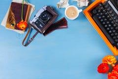 Espace de travail avec la machine à écrire d'orange de vintage Photographie stock libre de droits