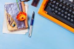 Espace de travail avec la machine à écrire d'orange de vintage Photos libres de droits