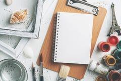 Espace de travail avec la peinture de couleur de carnet et d'affiche, brosses, vieilles Photos libres de droits