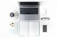 Espace de travail avec la tasse de café, smartphone, papier, carnet Images stock
