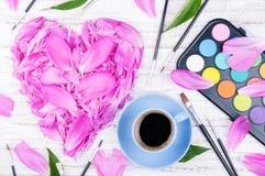 Espace de travail avec la tasse de café et de fleurs Photographie stock