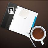 Espace de travail avec la tasse de café, les photos instantanées, le papier de note et le carnet sur la vieille table en bois Photo stock