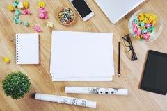 Espace de travail avec le bloc-notes et les dispositifs Images libres de droits