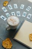 Espace de travail avec le carnet, la tasse de café, les feuilles et les mots Images libres de droits