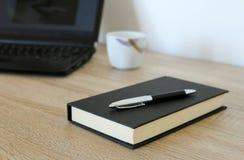 Espace de travail avec le carnet, le café, le stylo et le papier Photo libre de droits