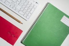 Espace de travail avec le clavier et le carnet Photos stock