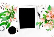 Espace de travail avec le comprimé avec l'écran vide, accessoires de bureau, cof Photographie stock