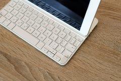 Espace de travail avec le comprimé blanc et le clavier externe Images libres de droits