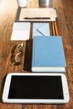 Espace de travail avec le comprimé et le livre Images stock