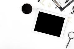 Espace de travail avec le comprimé, les différents accessoires de bureau et la tasse de c Photos libres de droits