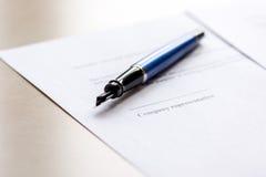 Espace de travail avec le document et stylo pour le signe pour le jour d'homme d'affaires Images stock