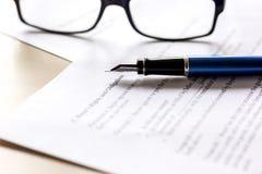 Espace de travail avec le document, les verres et le stylo pour le signe pour le jour d'homme d'affaires Photographie stock libre de droits
