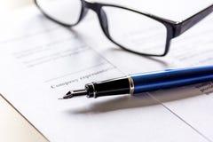 Espace de travail avec le document, les verres et le stylo pour le signe pour le jour d'homme d'affaires Photos stock