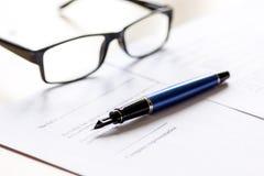Espace de travail avec le document, les verres et le stylo pour le signe pour le jour d'homme d'affaires Image stock