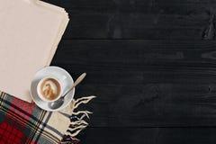 Espace de travail avec le journal, tasse de café, écharpe Bureau élégant Concept d'automne ou d'hiver Configuration plate, vue su Photo stock