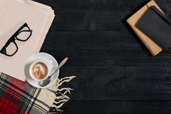 Espace de travail avec le journal, tasse de café, écharpe, verres Bureau élégant Concept d'automne ou d'hiver Configuration plate Photo stock