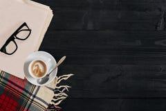 Espace de travail avec le journal, tasse de café, écharpe, verres Bureau élégant Concept d'automne ou d'hiver Configuration plate Photos libres de droits