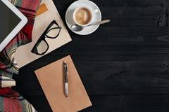 Espace de travail avec le journal, tasse de café, écharpe, verres Bureau élégant Concept d'automne ou d'hiver Configuration plate Photo libre de droits