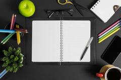 Espace de travail avec le livre, le stylo et les fournitures de bureau multiples Vue supérieure Photos libres de droits