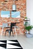 Espace de travail avec le mur de briques rouge Image stock