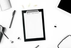 Espace de travail avec le presse-papiers et les différents accessoires de bureau Image stock