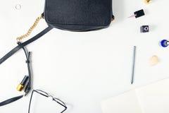 Espace de travail avec le sac en cuir, bloc-notes, crayon, lunettes, anneau, n Photo stock