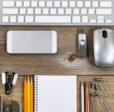 Espace de travail avec les fournitures de bureau simples sur le bureau âgé Image libre de droits