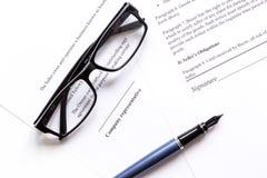 Espace de travail blanc avec le document pour le signe et les verres pour la vue supérieure d'homme d'affaires Photographie stock libre de droits