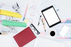 Espace de travail blanc de bureau avec le comprimé vide Images stock