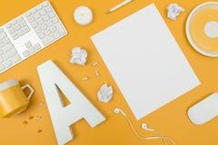 Espace de travail blanc et jaune vibrant de siège social photos stock